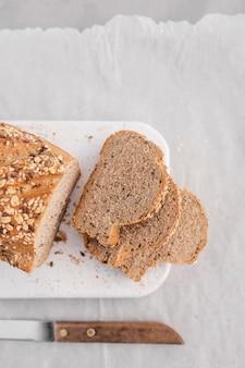 Плоские ломтики хлеба с ножом