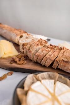 Высокий угол хлеба на разделочной доске