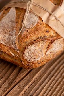 Высокий угол хлеб на деревянный стол