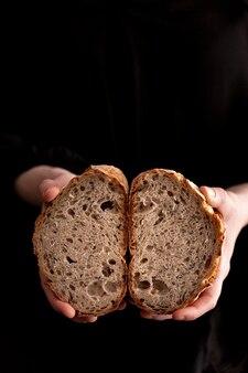 Макро руки держат ломтики хлеба