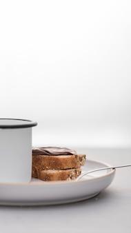 Ломтики хлеба с кружкой