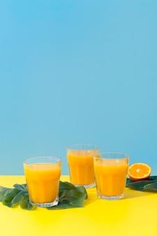 正面のオレンジのスムージーの新鮮なグラス