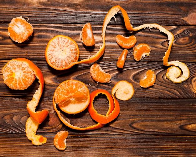 木製の背景にオレンジ色のトップビュー