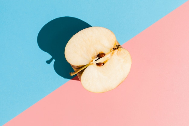 Вид сверху вкусной яблочной половины