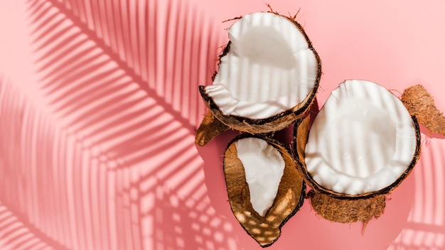 ピンクの背景のトップビューココナッツ