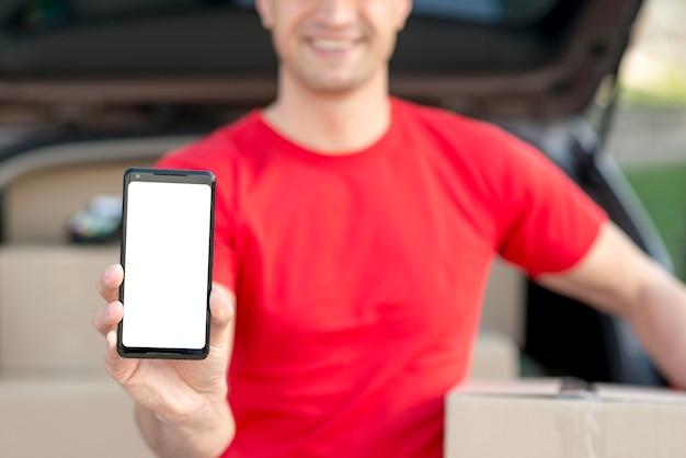 Доставка человек с смартфон крупным планом