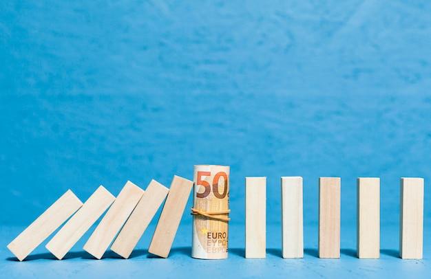 倒れた木片と紙幣の正面図