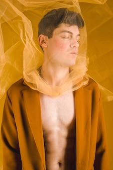 黄色の布でミディアムショットの男