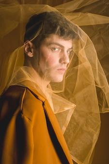 Боковой вид мужчина позирует с тканью