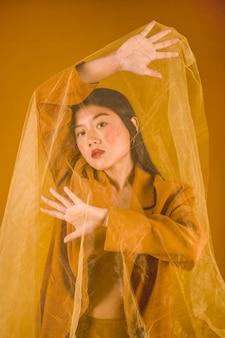 背景が黄色の若い女性