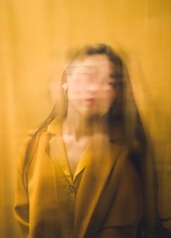 Абстрактная фотосессия с женщиной