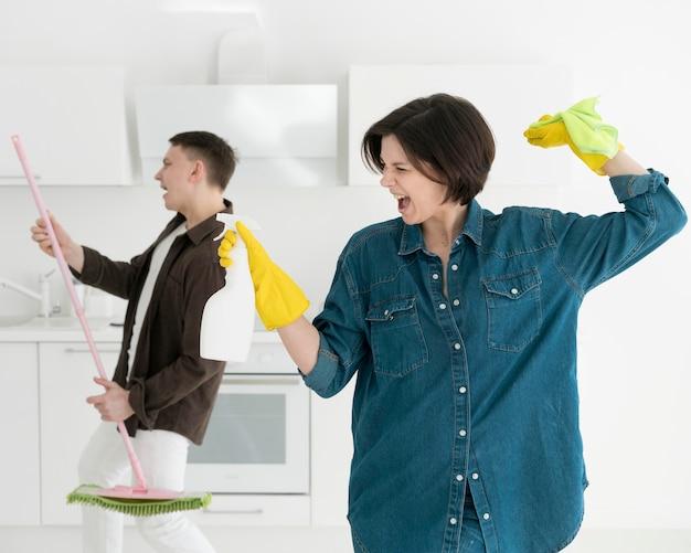 家の掃除のカップルの正面図