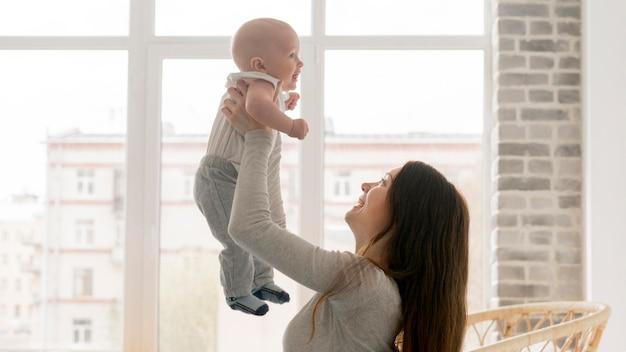 幸せな母と子の正面図