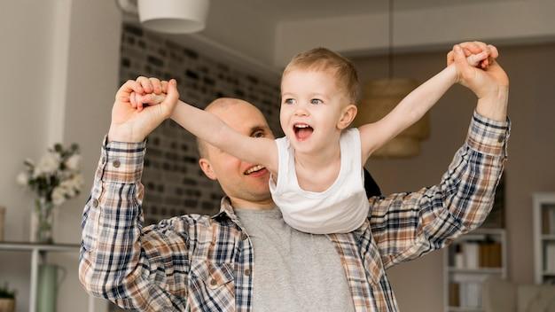 素敵な父と子の正面図