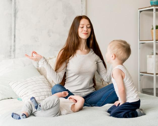 素敵な母親と子供たちの正面図