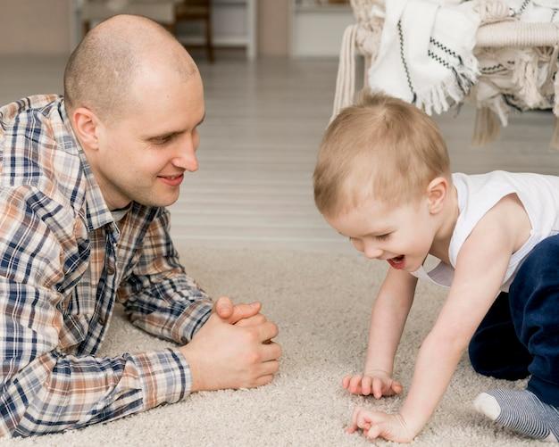 素敵な父と子供たちの正面図