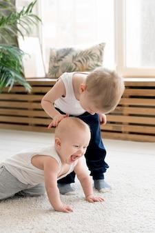 Вид спереди милые дети играют