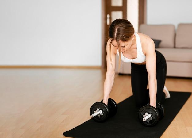 Женщина занимается спортом на дому