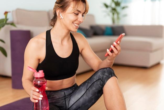 自宅でスポーツをしている女性