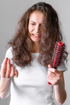 もつれた髪の女性