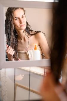 鏡の中の女性