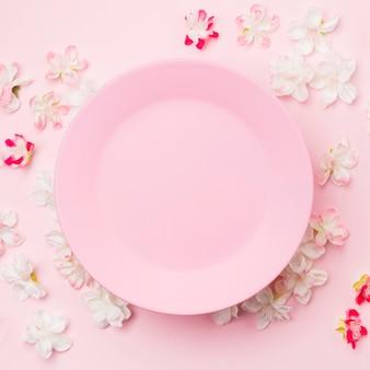 フラット横たわっていた花とピンクのプレート
