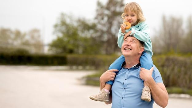 素敵な孫娘と祖父の正面図