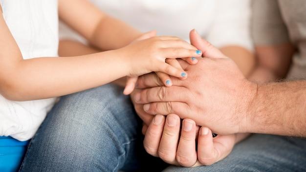 孫娘と祖父が手を繋いでいます。