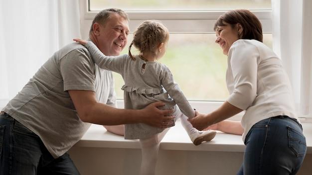 祖父母と孫娘の正面図