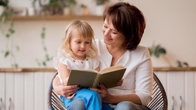 孫娘と祖母の正面図
