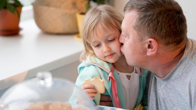 祖父が孫娘の頬にキス