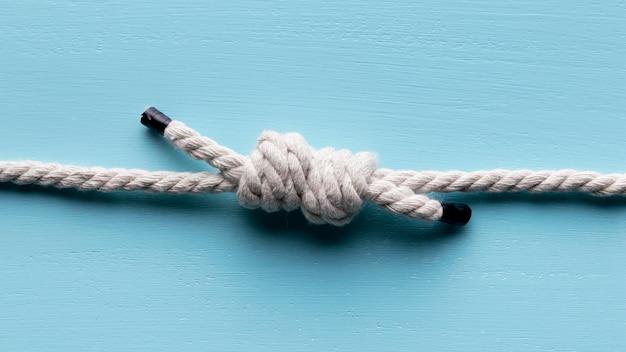 結び目トップビューと強い白いロープをひも