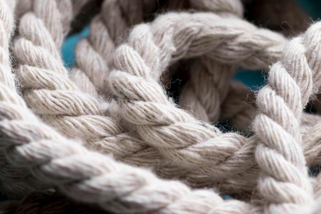 ひもの強い白いロープのクローズアップ