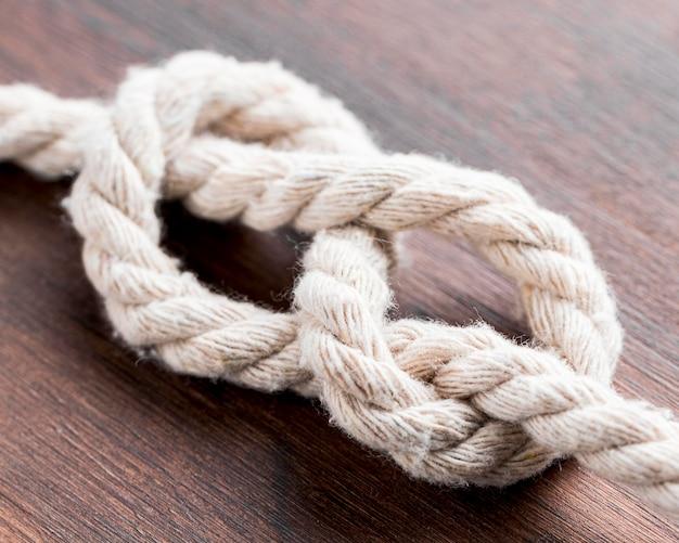 船の白いロープの結び目の高いビュー