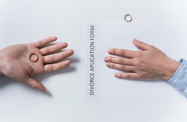 結婚指輪を脱いでトップビューカップル
