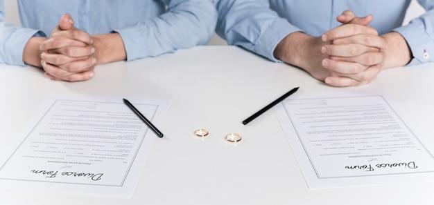 離婚フォームに署名する準備をしているカップル