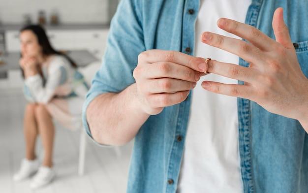 結婚指輪を脱いでクローズアップの父