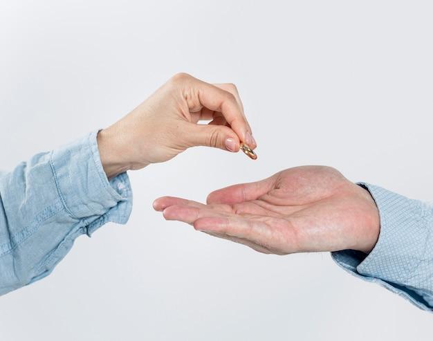 結婚指輪を脱いでクローズアップカップル