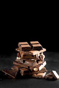 Вид спереди вкусного шоколада с копией пространства