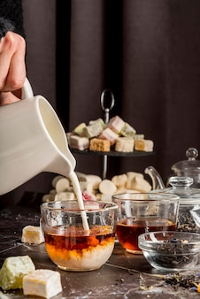 お茶に牛乳を注ぐ
