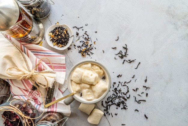 テーブルとハーブのお茶とカップ