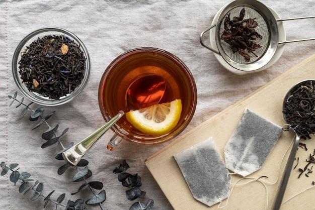 テーブルの上の芳香茶とカップ