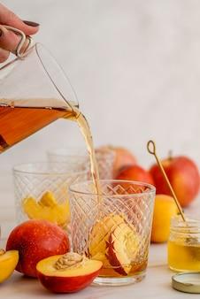 Высокий угол ледяной чай стакан с персиком