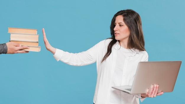 Женщина предпочитает электронное обучение, а не книги