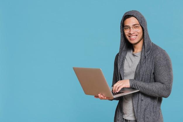 ノートパソコンのコピースペースを保持している大学生