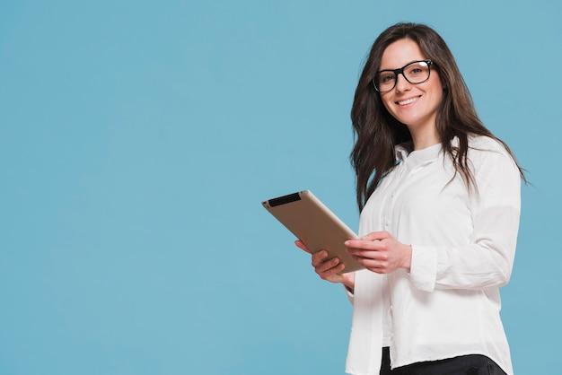 Девушка держит цифровой планшет копией пространства