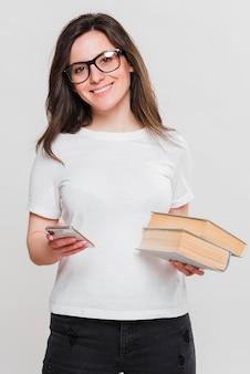 携帯電話と本を保持している女性
