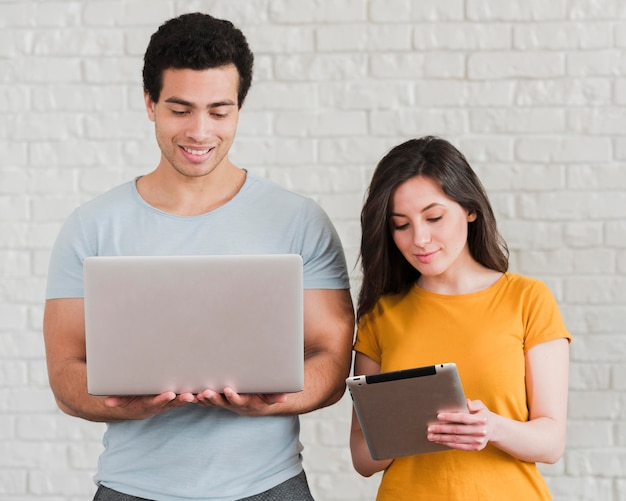 Пара, используя ноутбук и цифровой планшет