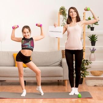 Мама и девушка тренируются