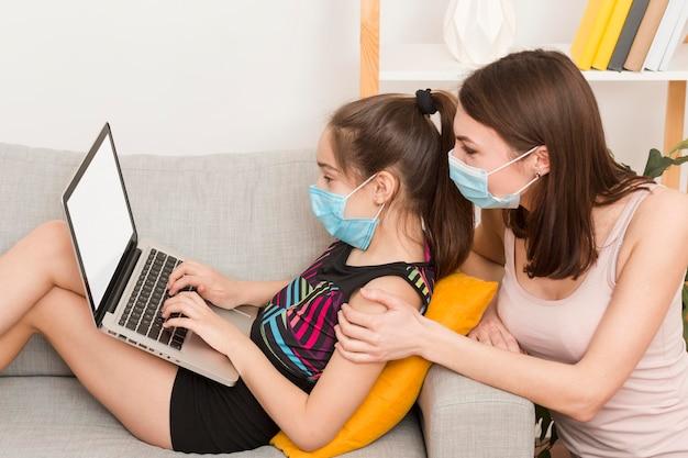 Мама и девушка, используя ноутбук